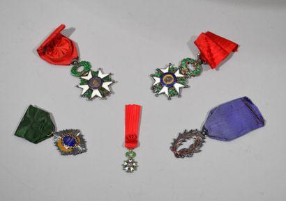 Réunion de décorations en métal et émail...