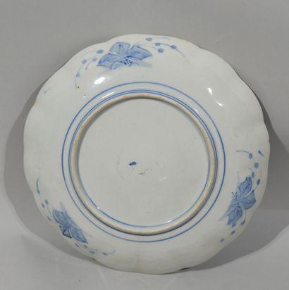 IMARI - JAPON  Assiette à bords contours en porcelaine à décor rouge, bleu et or...