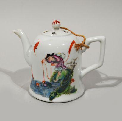 CHINE, XXème siècle  THÉIÈRE en porcelaine...