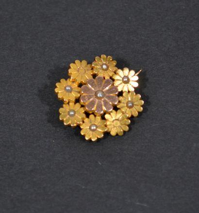 BROCHE fleur en or de deux tons 18 K (750/oo),...