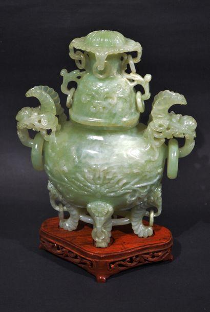 CHINE, XXe siècle  Vase couvert en jadéite...