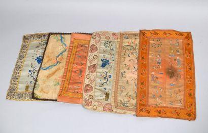 Eléments de vêtements composés de six carrés pectoraux en soie brodée de fils d'or...