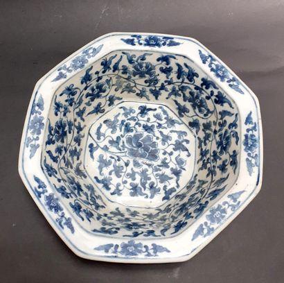CHINE, XXème  Coupe octogonale en porcelaine...