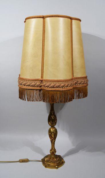 LAMPE en laiton doré aux formes chantournées....