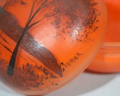 BONBONNIÈRE en pate de verre orange à décor peint de bord de rivière bordée de trois...