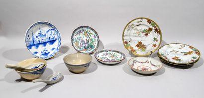 Lot de faiences et porcelaine comprenant :  - deux petites assiettes creuses en...