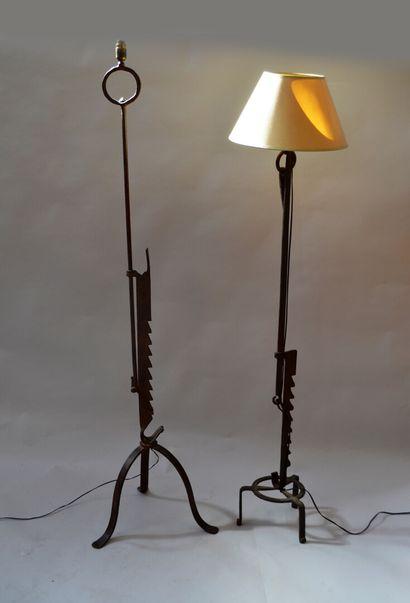 Réunion de deux lampadaires en fer forgé...