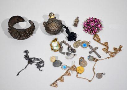 LOT comprenant d'objets et bijoux fantaisies...