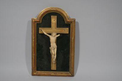 CHRIST en croix en ivoire sculpté portant...
