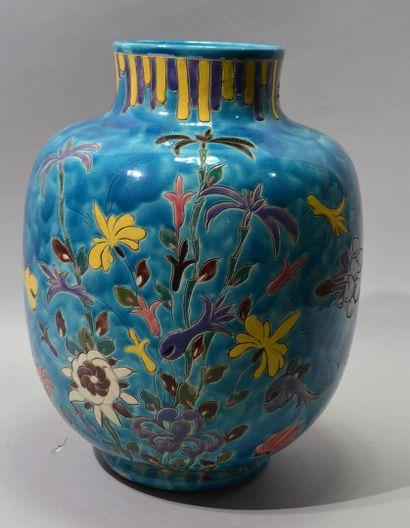 Alain MAUNIER A VALLAURIS  Important vase en faïence à décor de fleurs sur fond...