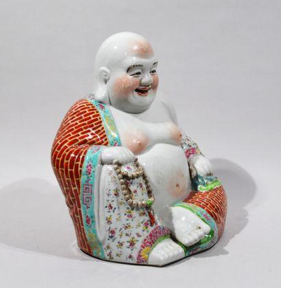 Chine, XXème siècle  Bouddha rieur assis en porcelaine polychrome. Tampon au revers....