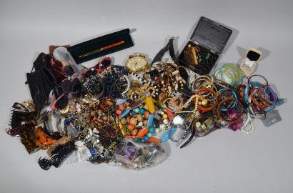 LOT de BIJOUX FANTAISIES comprenant bracelets,...