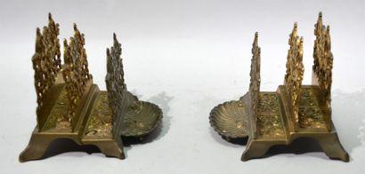 Paire de porte-courrier à deux intercalaires en métal à patine dorée à formes de...