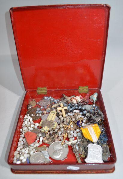 Réunion de bijoux fantaisie, médailles dont...