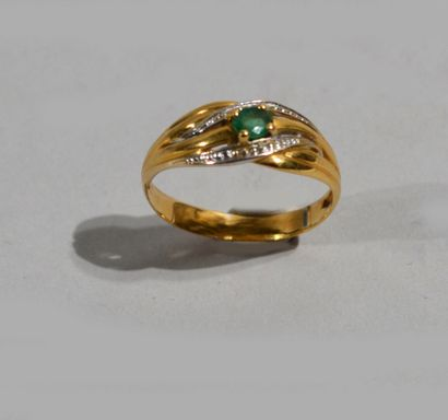 Bague en or de deux tons 18 K (750/oo) centrée...