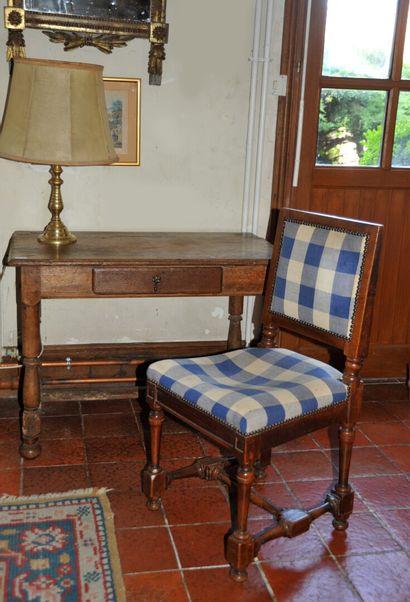 Table en chêne ouvrant par un tiroir en ceinture...