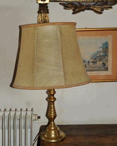 Lampe bougeoir en bronze patiné doré tourné,...