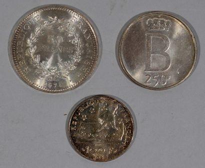 Réunion de trois pièces en argent massif...