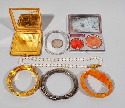 Lot de bijoux et objets de vitrines comprenant...
