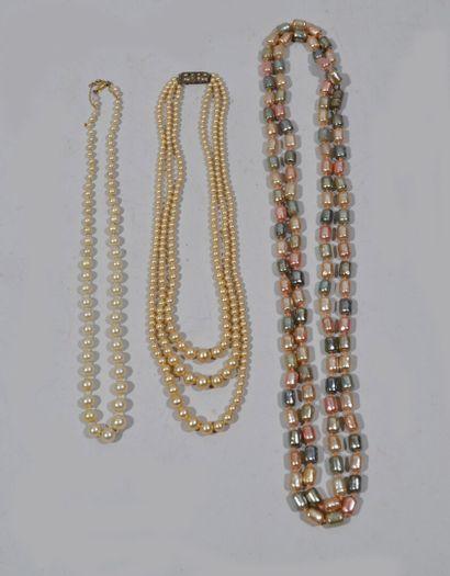 Reunion de 3 colliers de perles dont un disposé...