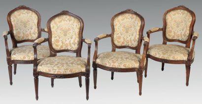 Quatre fauteuils cabriolet en bois naturel...