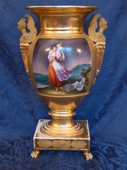 Paire de vases en porcelaine polychrome à...