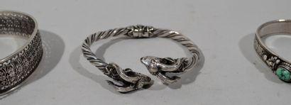 Lot de bijoux en argent comprenant un bracelet ajouré, bracelet à tête de bouc,...