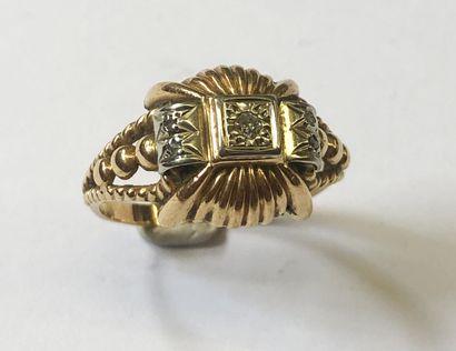 BAGUE en or rose et blanc 18K (750/1000e) sertie en son centre d'un petit diamant....