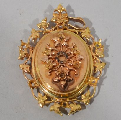 PENDENTIF en or rose et jaune 18K (750/1000e) à décor de cartouche feuillagé ajouré,...