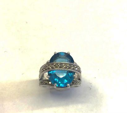 BAGUE de forme pont en argent 925/1000e sertie d'une pierre bleu turquoise flanquée...