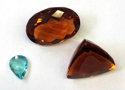 Lot de trois pierres comprenant :    - APATITE de taille poire d'environ 1.23 carat...