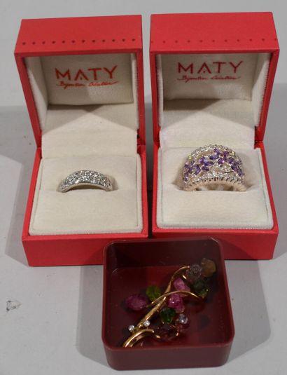 Lot de bijoux fantaisies comprenant bagues, broches, boucles de ceinture, collier,...