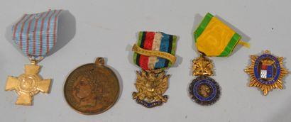 Lot de cinq médailles et décorations comprenant...