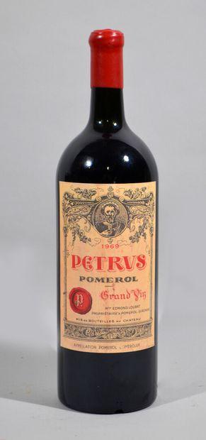 Un magnum de CHATEAU PETRUS Pomerol Grand...