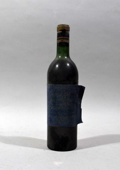 Une bouteille de CHATEAU LA TOUR MONTAIGUILLON 1966  (bouteille coulante, étiquette...