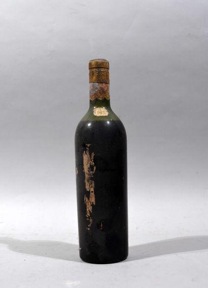 Une bouteille de vin rouge BORDEAUX 1945  (étiquette manquante, niveau mi-épaule,...