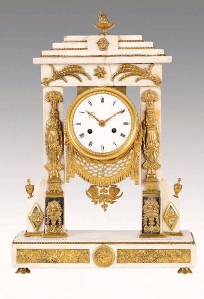 PENDULE PORTIQUE en marbre et bronze doré....