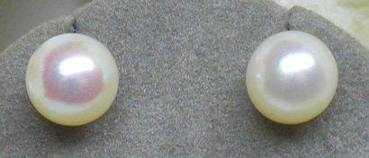 Belle paire de BO or jaune soutenant 2 perles...