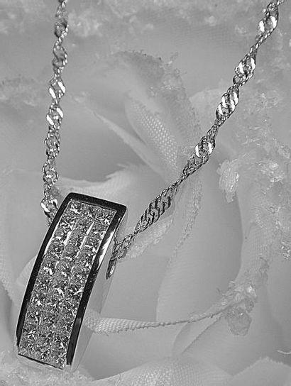 Un pendentif or blanc de forme moderne serti...