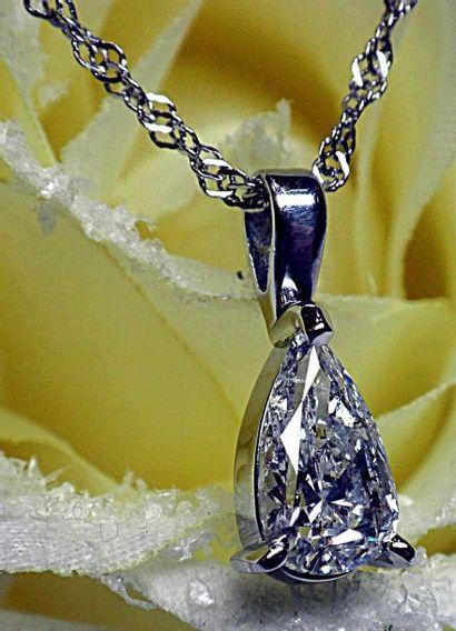 Un pendentif diamant poire pesant 1,10 c...