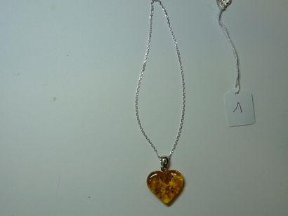 Chaîne en argent retenant un pendentif coeur...