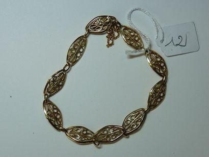 Bracelet en or jaune à maillons ovales filigranés,...