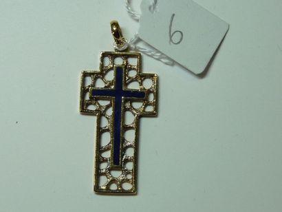 Croix en or jaune émaillée bleu à décor ajouré....