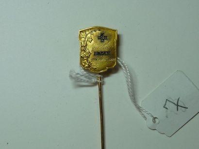 Épingle de cravate en or jaune ciselé à décor...