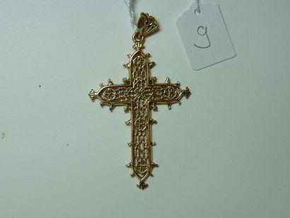 Croix en or jaune à décor filigranné. Poids...