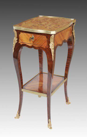 TABLE DE SALON Estampillée P. ROUSSEL. Dessus...