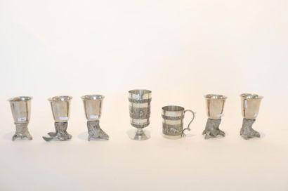 Suite de cinq rhytons de chasse, XXe, métal argenté, h. 13,5 cm [usures d'usage]...