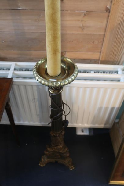 Pique-cierge Baroque monté en lampadaire, fin XIXe - début XXe, métal doré, h. 139...