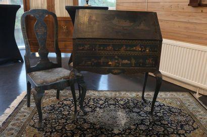 Bureau de pente anglais ouvrant par un abattant et deux tiroirs, XXe, bois à décor...