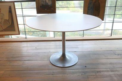 Table ronde Vintage, circa 1970, fût en métal chromé lesté de fonte et plateau mélaminé,...